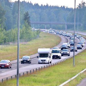 Bilar i kö på motorväg.