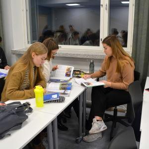 Ronja Virta som jobbar tillsammans med två klasskamrater.