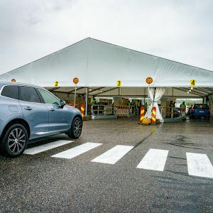 Drive-in ennakkoäänestyspaikka Malmin lentokentällä.