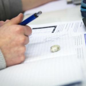 En studerande som räknar matematikuppgift.