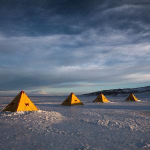 Tält på isen i Antarktis.