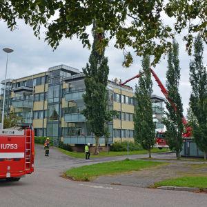 Våningshus och brandbilar.