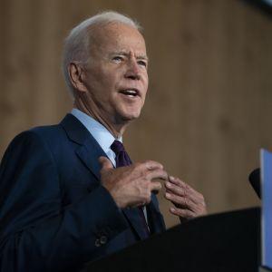Joe Biden står i talarstol och håller tal.
