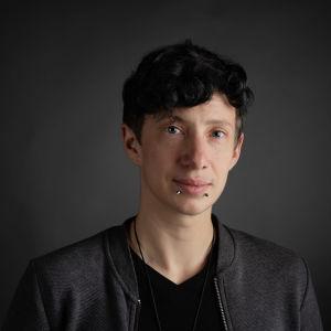 Susi Nousiainen, Ylen kolumnisti, kuvattuna studiossa lokakuussa 2019.