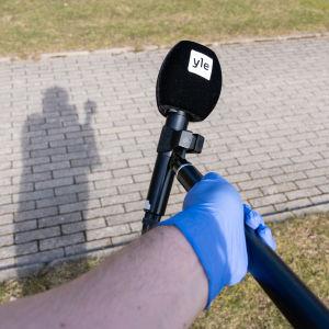 Ylen mikrofoni mikrofonipuomin päässä
