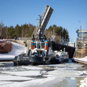 Calypso -hinaajan keulaan kiinnitetty jäätämurtava irtokeula Saimaan kanavassa murtamassa jäätä 22.3.2021