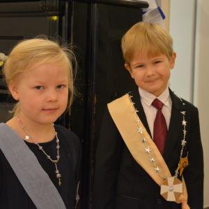 Barn utklädda till presidentparet.