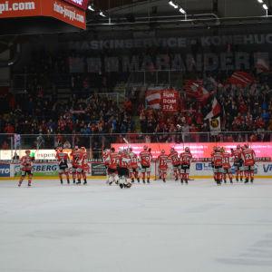 Vasa Sport tackar hemmafansen efter seger.