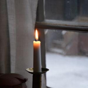Ett brinnande ljus.