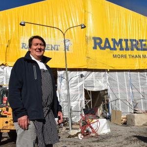 Hans Lundström utanför restaurang Fyren i Ekenäs.