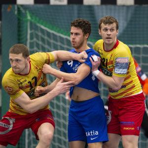 Cocks Juri Lukjantjuk och Viktor Kovalenko försvarar mot Dickens Filip Söderlund.