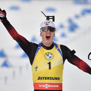 Johannes Thingnes Bø firar välrdscupsseger.