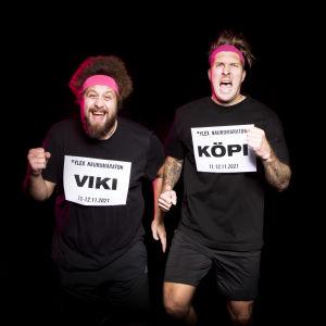 YleX Aamun Viki ja Köpi juoksemassa mustan taustan edessä pinkit hikipannat päässä