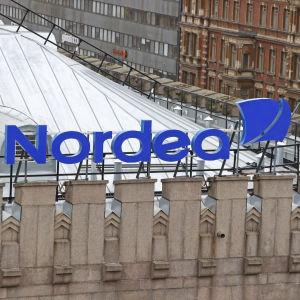 Nordeas logga uppe på kontorsbyggnaden i Helsingfors.