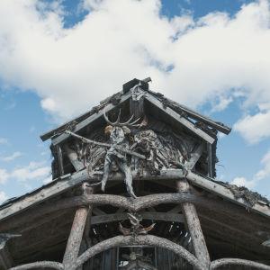 Oksilla koristeltu talon pääty.
