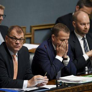 Juha Sipilä, Petteri Orpo och Sampo Terho sitter på rad i riksdagen.