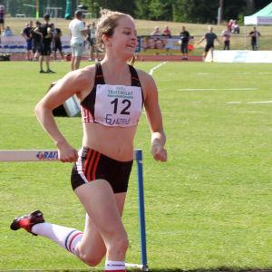 Krista Lindholm löper i Stjärntävlingarna i juni 2018.