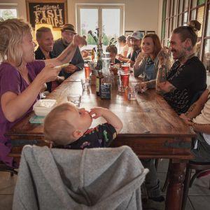 Seurue Merry Monk -ravintolan pöydässä Reposaaressa, Egenland-ohjelman kuvaukset.