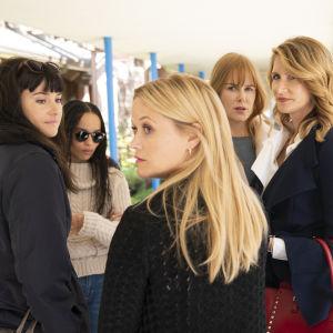 Jane (Shailen Woodley), Bonnie (Zoe Kravitz), Madeleine (Reese Witherspoon), Celeste (Nicole Kidman) och Renata (Laura Dern) står tillsammans.