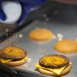 Lähikuva valmistuvasta hampurilaisesta Hesburgerin keittiössä.