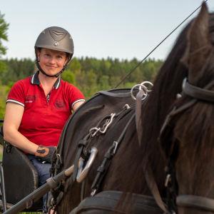 Charlotta Turku med häst och vagn.