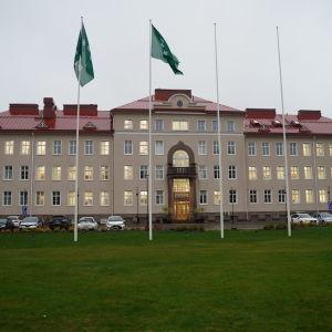 Huvudbyggnaden på Ekåsenområdet där Raseborgs stads administration finns i dag.