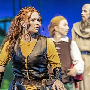 Robin Hood -näytelmän näyttelijöitä rooliasuissaan.
