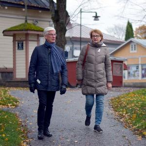En man och en kvinna kommer gående nerför den så kallade skvären nära Ekenäs gågata. Höst, gula löv.