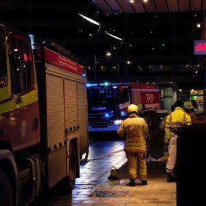 Brandbilar och brandmän utanför Rewellcenter i Vasa.
