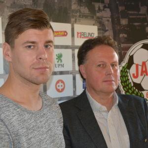 Jonas Emet och Fredrik Haga jobbar på FF Jaros kontor 2018.
