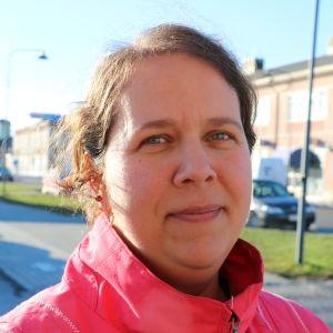 En kvinna i 30-årsåldern med mörkt axellångt hår.