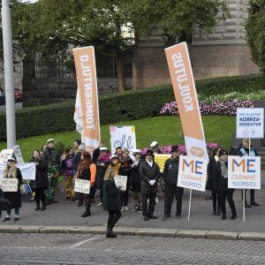 Demonstranter utanför Ständerhuset.