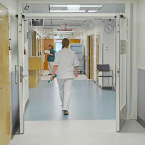 Sjuksköterska går i korridor