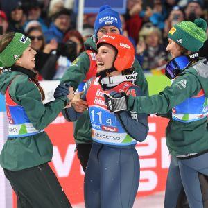 Den tyska damkvartetten jublar efter segern i lagtävlingen i VM i Seefeld.