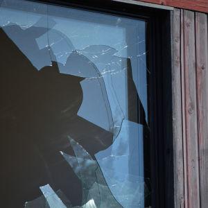En närbild av ett krossat fönster.