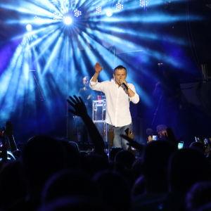 Golos-puolueen perustaja, rockmuusikko Svjatoslav Vakartshuk, esiintyy Kiovan konsertissa ison yleisön edessä.