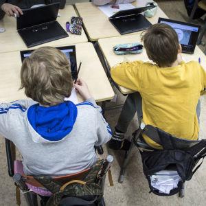 Två elever i skolan
