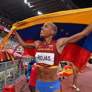 Yulimar Rojas håller upp Venezuelas flagga.