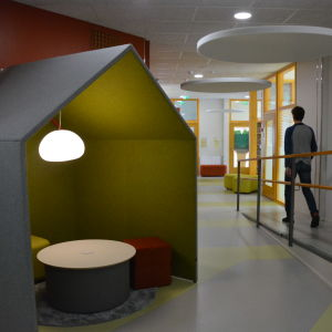 Litet hus gjort av filt i en skolkorridor.