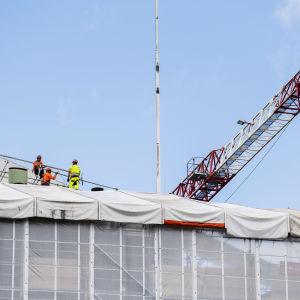 Kuvassa on rakennustyömaa Helsingissä elokuussa 2020.