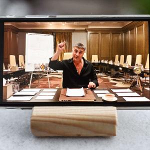 Sedat Pekerin video puhelimen näytöllä.