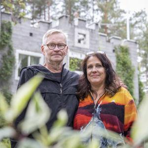 Jari ja Sirpa Turunen linnansa pihalla.