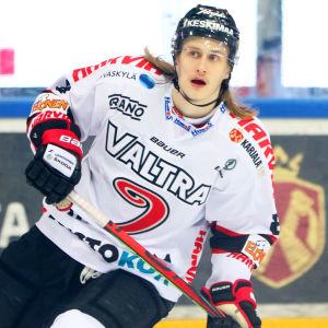Frisyren gör Alex Lintuniemi lätt att känna igen i rinken.