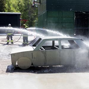 vatten som sprutas på en bil
