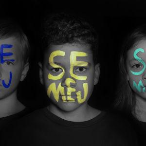 Barn med texten Se Mej målad i ansiktet.