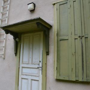 Bakdörren och fönsterluckor på Villa Ståhlström på Runsala.