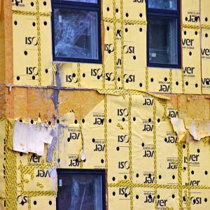 Gul isolering på väggarna på en byggarbetsplats.