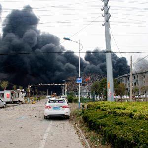 Svart rök kring kemikaliefabriken som exploderat i Yancheng, Kina.