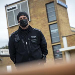 Vartija Pertti Laitinen näkee työssään paljon päihteenkäyttäjiä. Kuvassa hän seisoo siilinjärven torilla.