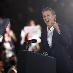 Kaliforniens guvernör håller tal.
